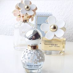 Perfumy Marc Jacobs. Marc Jacobs to niezwykle znana i ceniona na runku marka, jaka od lat słynie z niebywałej kreatywności nie tylko w świecie mody. Zajmuje się ona także produkcją perfum słynących z owocowego i świeżego zapachu. Dzięki temu na rynku pojawiły się takie modele, jak Decadence, Daisy so Fresh, Daisy Dream oraz Mod Noir. To perfumy uwielbiane przez młode kobiety. #zapach #kobieta #moda #styl ##perfumy ##Marc Jacobs