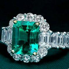 @alaghband. Emerald Diamonds ring