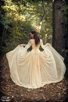 Photographe : Cyril Sonigo Robe-esaikha-creation-robe-corset-laçage-jupe-traine-mousseline-elfique-daenerys-game-of-thrones-cyril-sonigo Fantasy Wedding, Dream Wedding, Geek Wedding, Forest Wedding, Pretty Dresses, Beautiful Dresses, Medieval Wedding, Gothic Wedding, Fairytale Dress