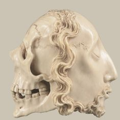 'MEMENTO MORI, A FRENCH OR SPANISH, 16TH/17TH CENTURY MEMENTO MORI IN IVORY'. H: 7,5 cm. -Sotheby's. 30 SEPTEMBER 2011. IMPORTANT MOBILIER, SCULPTURES ET OBJETS D'ART-