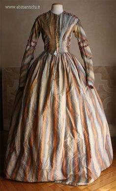 Day dress in taffeta lined. The dress and 'closed in the center front by hooks. c 1844