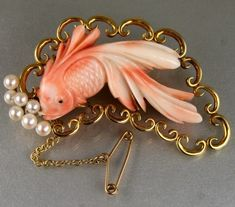 Coral, Gold, and Pearl Vintage Japanese Carved Fish Brooch. Coral Jewelry, Jewelry Art, Antique Jewelry, Vintage Jewelry, Fine Jewelry, Jewelry Design, Gold Brooches, Vintage Brooches, Japanese Jewelry