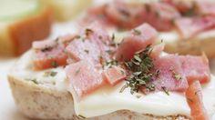 A delicious loin pork and cottage cheese appetizer.  Full recipe here: http://opequenolirio.blogspot.com.br/2015/03/receita-3-aperitivos-faceis-e-diferentes.html