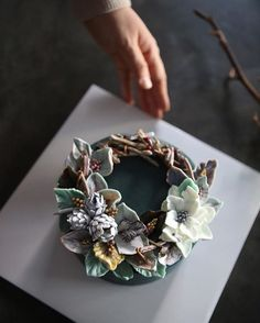 ㅡ 함께있으면 넘좋은 에너지 시너지효과 큰 ㅡ 분들과의작업. 고민많았던. 나뭇가지표현하기 미션이 잘풀려서 만족. 민트잎표현도 ✨ ㅡ #flower #cake #buttercreamcake #buttercream #christmascake #christmas #designcake #soocake #birthdaycake #꽃스타그램 #플라워케익 #수케이크 #크리스마스케이크 #크리스마스리스 #케이크 #크리스마스 #크리스마스케익 #청담동 www.soocake.com vkscl_energy@naver.com