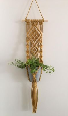 This beautiful wall plant pendant is handmade of cotton rope in the color Macrame Plant Hanger Patterns, Macrame Wall Hanging Patterns, Macrame Plant Holder, Macrame Patterns, Art Macramé, Wall Plant Hanger, Pot Hanger, Ideias Diy, Macrame Design