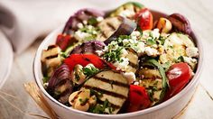 Sałatka z grillowanych warzyw z fetą i sosem miodowym #lidl #przepis #warzywa #feta