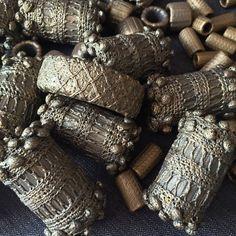 Perles textile (H. 10 cm), colle résine , patine bronze