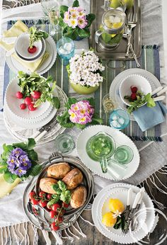 A colourful summer setting - pearl dinnerware, bubble glassware, blue breeze & key lime napkins and verde mutli placemats www.frenchcountry.co.nz