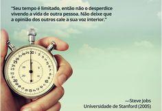 """""""Seu tempo é limitado, então não o desperdice vivendo a vida de outra pessoa. Não deixe que a opinião dos outros cale a sua voz interior."""" – Steve Jobs. Universidade de Stanford (2005)"""