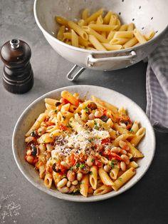 Pasta mit Oliven und weißen Bohnen