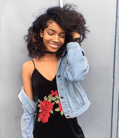 Skate Street Style Black Velvet Dress With Red Rose Embroidery Teamed With Blue Denim Jacket Fashion Moda, Look Fashion, Fashion Beauty, Looks Instagram, Summer Outfits, Cute Outfits, Harajuku, Afro, Poses