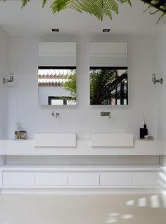 Módulo de cajones como mueble de baño, terminado en blanco.