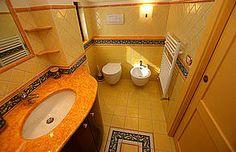 Ferienhaus: Casa delle Api - Ebenfalls in warmen Tönen gehalten: das luxuriöse Badezimmer des Hauses. - www.cilento-ferien.de