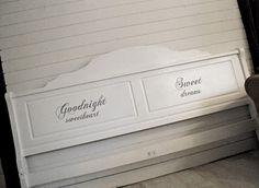 Vacker sänggavel med ord