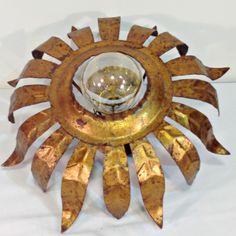 Antiguo aplique sol dorado, metálico años 50-60 Precioso aplique vintage dorado con pan de oro y envejecido de forma natural por el paso de los años. Puedes utilizarlo tanto como aplique de pared o como lámpara de techo tipo sol. Todo el sistema eléctrico es el original y funciona perfectamente. El aplique es de laton …
