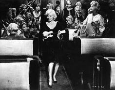 For those who love ukulele, Marilyn knew how to play ! She had been given a Martin ukulele, very famous at her time, but for this movie (Some like it hot) they had to ... paint it in white ! Such a sacrilege, but those images are now cult.