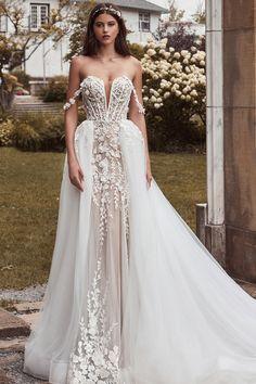 Square Wedding Dress, Wedding Dress With Veil, Wedding Dresses With Straps, Gorgeous Wedding Dress, Wedding Dress Styles, Dream Wedding Dresses, Wedding Gowns, Glamorous Wedding, Wedding Bells