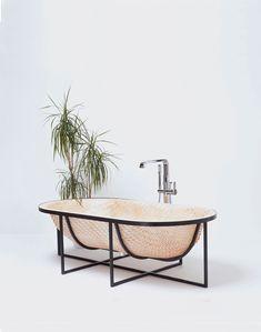 Designer berlinois, Tal Engel a conçu une baignoire largement inspirée des techniques de construction de bateaux traditionnels asiatiques.