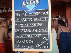 Cartel de un chiringuito en Conil de la Frontera. Sin prisas por favor...