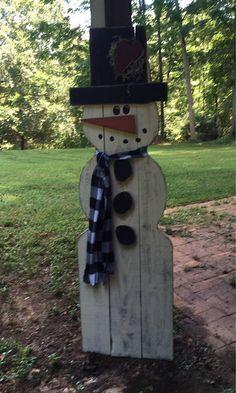 Ce bonhomme de neige en plein air est parfait pour afficher à l'extérieur tout l'hiver. Il est construit à partir des lattes de clôture 1 x 6, il dresse à 5 pieds de haut et est d'environ 18-20 de large. Il est peint avec de la peinture extérieur Glidden et stressé pour un look rustique. Son coeur, le nez, le bord du chapeau et le boutons sont également découpés dans les planches de 1 x 6 clôture même. Il est agrémenté d'une écharpe en polaire et de mousse espagnole. Voici un de mes favoris…