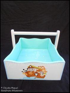 """Fraldário, cesta, caixinha cúbica e régua de crescimento """"A Arca do Noah"""": A cesta para os produtos de higiene."""