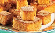 Cozinhe a batata-doce com a casca em água fervente até ficar macia. Escorra, retire a casca e amasse com um garfo até formar um purê. Aqueça o forno em temperatura média (170 °C a 190°C). Bata os o…