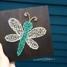MADE TO ORDER String Art Mid-Size Dragonfly Sign This little dragonfly board adds the perfect amount of cheer to any space! This listing is for a made to order string art dragonfly sign measuring approximately String Art Templates, String Art Patterns, Nail String Art, String Crafts, Hilograma Ideas, Cute Crafts, Diy Crafts, Resin Crafts, Arte Linear