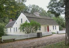 Fitch House, Old Sturbridge Village, Sturbridge, Mass. (Built in Willimantic… Colonial House Exteriors, Colonial Architecture, Early American Homes, Sturbridge Village, Home Styles Exterior, Cape Cod Style House, New England Homes, Colonial Williamsburg, Cabins And Cottages