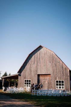 Cérémonie de mariage champêtre dans le décor d'un vignoble québécois.