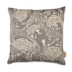 Ge din soffa en ny stil med Prancing peacock kuddfodral från House of Rym. Det är tillverkat av ett lyxigt bomullstyg tryckt med ett flott mönster av Emma von Brömssen. Den dansande påfågeln ser kanske lite kaxig ut, men det har den rätt att göra. Den kommer få din soffa att se magisk ut!