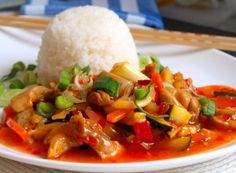 Un amestec de carne de pui și legume într-un sos de chili dulce Food N, Food And Drink, Main Dishes, Side Dishes, Chicken Alfredo, Be A Nice Human, Food Inspiration, Thai Red Curry, Healthy Life