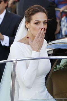 Eva González apostó por manicura en <em>burgundy</em>
