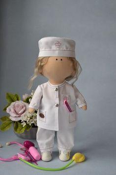 Интерьерная кукла врач – хороший сувенир для взрослого человека, который связан с лечебной деятельностью. Мастер-классы. Diy Doll Pattern, Doll Patterns, Sock Crafts, Diy And Crafts, Fabric Dolls, Beautiful Dolls, Doll Toys, Planner Stickers, Art Dolls