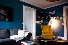 Tatsächlich war die Farbe erst nach 3 Stunden voll da, zwischendurch veränderte sie sich recht abenteuerlich aber am Ende wurde es ein gleichmäßiges Grau-Tief-Azurblau. Es ist warm und dennoch kühl. Außerdem reflektiert es das Licht in einem interessanten Ton und gibt somit ein schönes Licht zurück in den Raum.