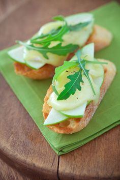 Day Breakfast - Top toasted English muffin with small apple, sliced, and 1 ounce shredded reduced-fat cheese, any type. Microwave 30 seconds on high. Serve with 6 ounces light yogurt sprinkled with 1 tablespoon slivered almonds. 1200 Calorie Diet Menu, 200 Calorie Meals, Pavlova, Diet Recipes, Healthy Recipes, Diet Meals, Lunch Recipes, Healthy Snacks, Diet