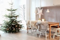 cute scandinavian christmas dining room decorating ideas with silver christmas tree furry rug chair chover and white interior: nordic christmas tree Scandinavian Christmas Decorations, Scandi Christmas, Christmas Interiors, Decoration Christmas, Scandinavian Home, Christmas Home, White Christmas, Christmas Design, Christmas Ideas