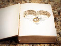 Como antiguamente, los mayores secretos se guardan en libros. Magnífico porta anillos hecho con un libro, en cuyo interior late un corazón que alberga los anillos de compromiso. Ref. CM032