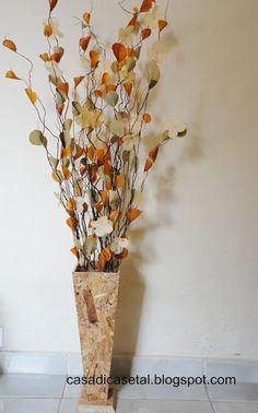 Casa Dicas e tal: Arranjo feito por mim. Flower Centerpieces, Flower Vases, Flower Decorations, Tropical Floral Arrangements, Vase Arrangements, Sitting Room Decor, Living Room Decor Cozy, Floor Vase Decor, Vases Decor