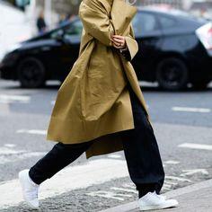 【ELLE】ゆるっと着るメンズライクなコート|おしゃれのヒントが満載! ロンドンコレクションで見つけた着こなしアイデア35選|エル・オンライン
