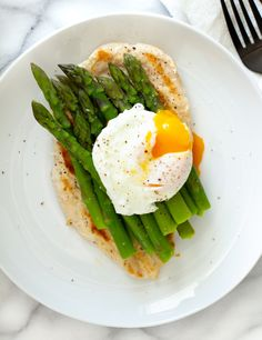Grilled Chicken with bright green asparagus and a perfectly poached egg on top! Green Asparagus, Chicken Asparagus, Grilled Chicken, Clean Eating, Healthy Eating, Healthy Food, Eating Well, Yummy Food, Boneless Chicken Breast