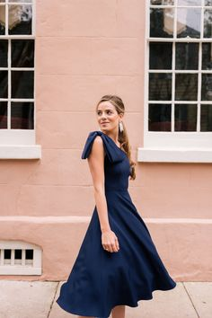 The perfect dress for a semi-formal wedding, this navy Gal Meets Glam Collection Yvonne dress. Paired with black accessories, this look is the perfect amount of glam for a wedding. Dress With Bow, Dress Up, 90s Fashion, Fashion Tips, Gipsy Fashion, Petite Fashion, Korean Fashion, Resort Dresses, Gal Meets Glam