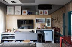 Apartamento decorado com cores vibrantes e truques para parecer maior