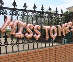 Rose gold hen party balloons in Miss to Mrs and Hen Vibes. Keep it classy and cool with these statement beauties. #henparty #classyhenparty #henpartyballoons