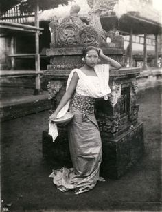 Young women in a Balinese temple compound Vintage Pictures, Old Pictures, Old Photos, Indonesian Art, Dutch East Indies, Asian History, Architecture Old, People Art, Vintage Beauty