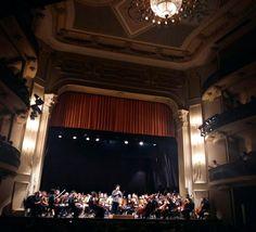 Orgulho de trabalhar com essa turma que oferece espetáculos lindos como este para o público. Orquestra Sinfônica do ES no Theatro Carlos Gomes. Amanhã tem mais. Parabéns aos músicos! Parabéns maestros! by carolveiga1