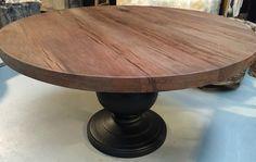 Fraaie ronde tafel. De tafel heeft een zware massieve houten voet en het blad is van eiken hout. In diverse maten leverbaar.