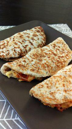 Quesadilla low-carb, delicioasă și versatilă. New Recipes, Healthy Recipes, Hamburger, Food And Drink, Low Carb, Gluten, Tasty, Bread, Food News