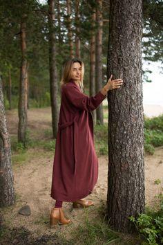 Фото - Регина в пальто-халате Черешня бордовом у дерева
