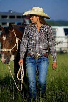Inspired by looks with plaid shirt in its beautiful variations: with short or long sleeve, red and looks with pants and skirt. Hot Country Girls, Country Girls Outfits, Country Girl Style, Country Women, Country Fashion, Cowgirl Jeans, Sexy Cowgirl, Cowgirl Outfits, Cowgirl Style