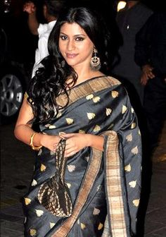 Konkona Sen Sharma beautiful in black & gold #Saree at @karanjohar's birthday few yrs back
